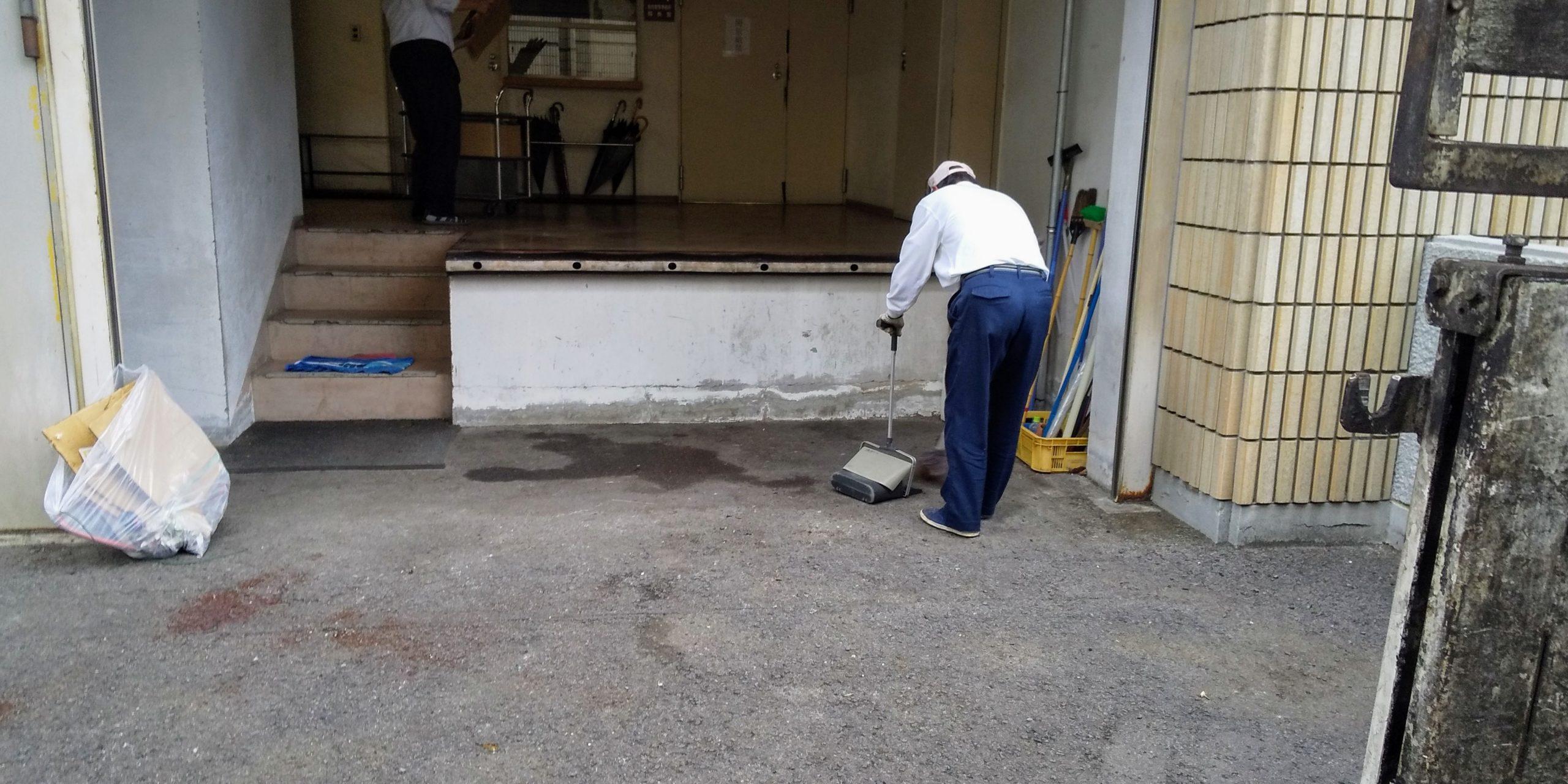 仕上げの清掃をするスタッフ